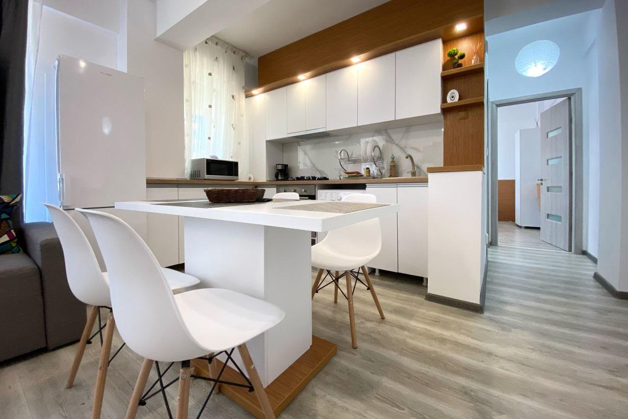Apartament cu 2 camere mobilat și utilat în a doua poziție la mare