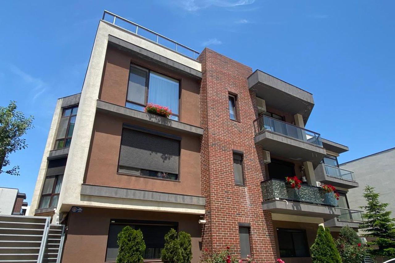 Apartament cu 3 camere complet mobilat și utilat, cu loc de parcare in proprietate